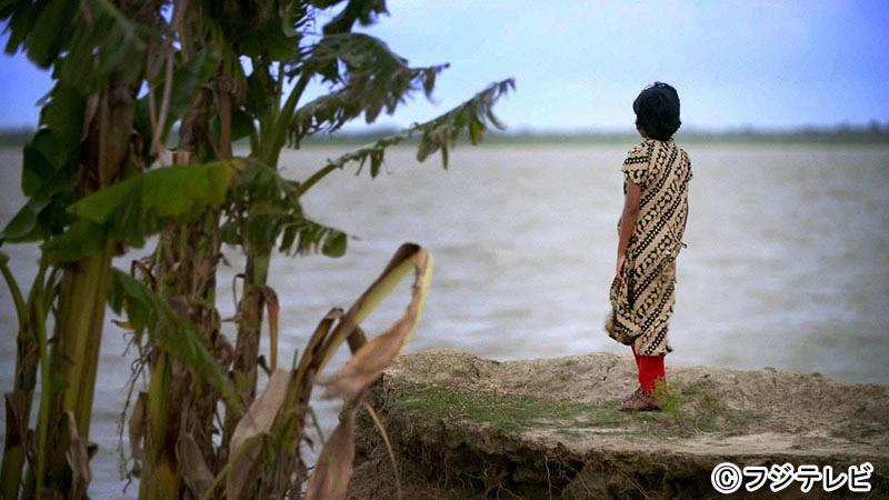 於氣溫超過50度的沙漠中步行10公里汲水的少女